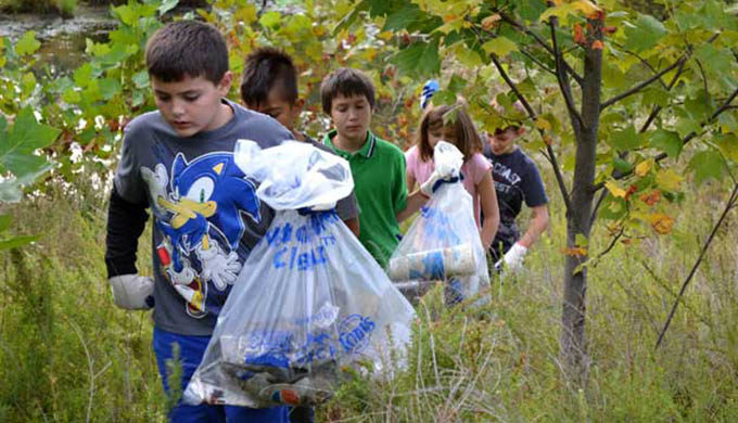 Children pick up trash at the Bog Cleanup along the South River, MD. | Jennifer Carr