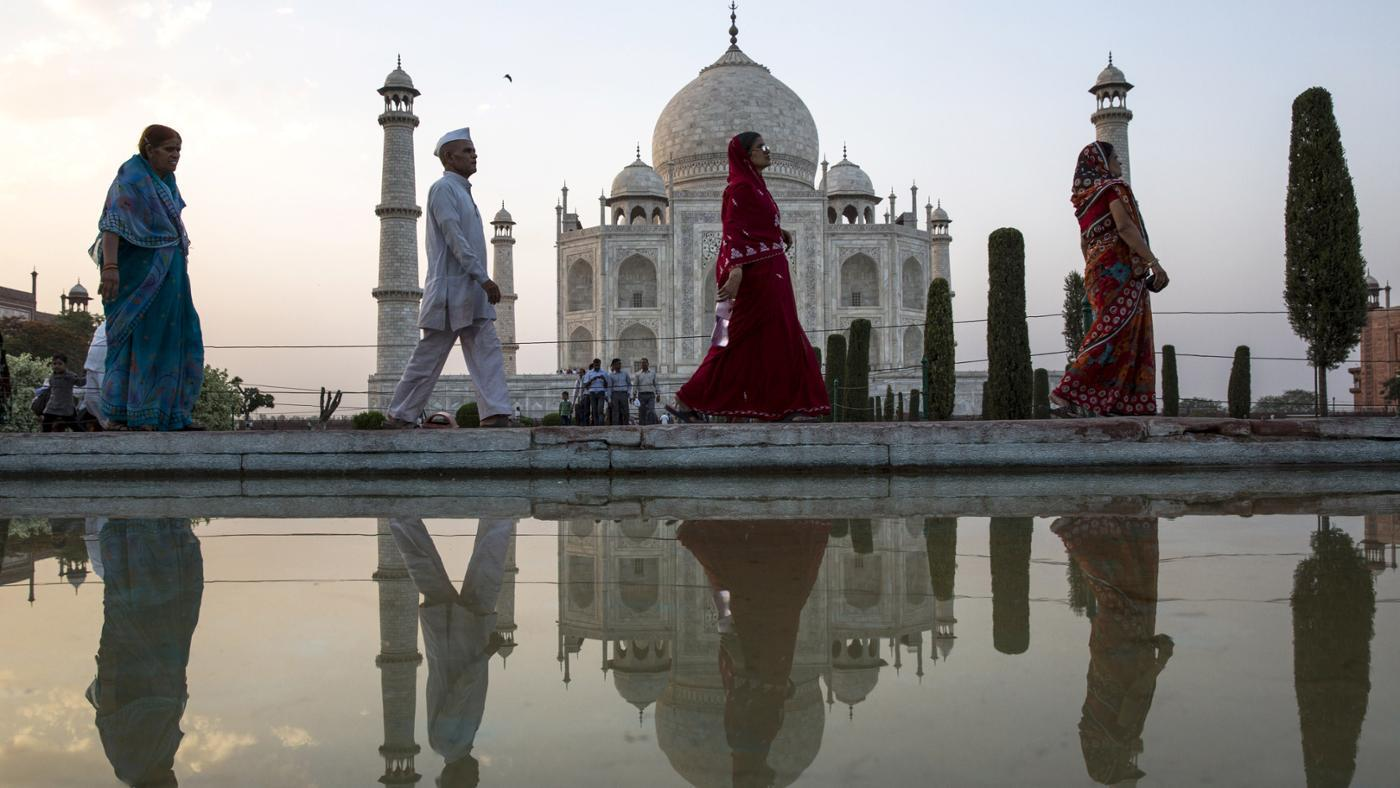 people-visit-taj-mahal