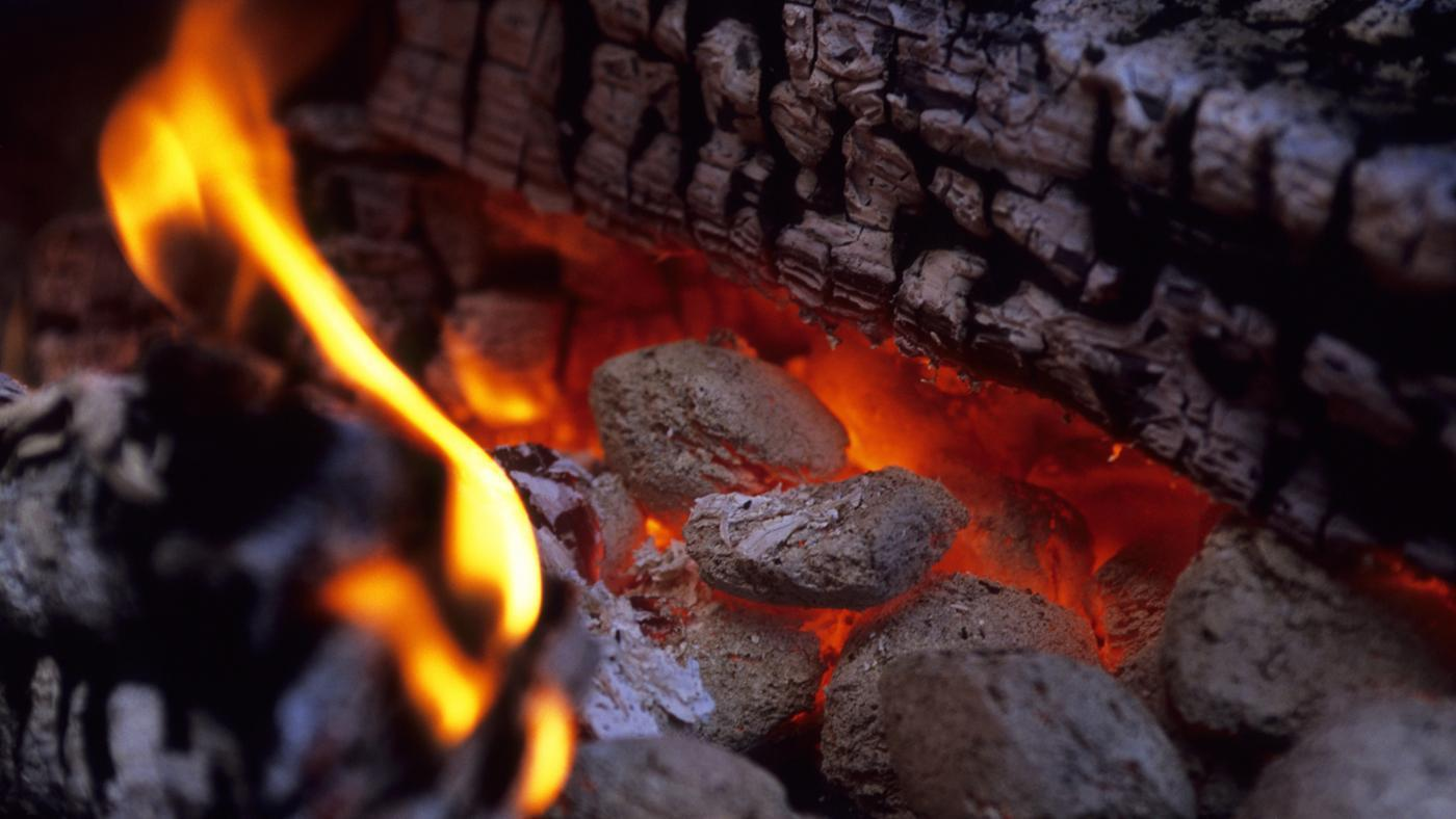 How Do You Prepare a Charcoal Barbecue for Grilling?