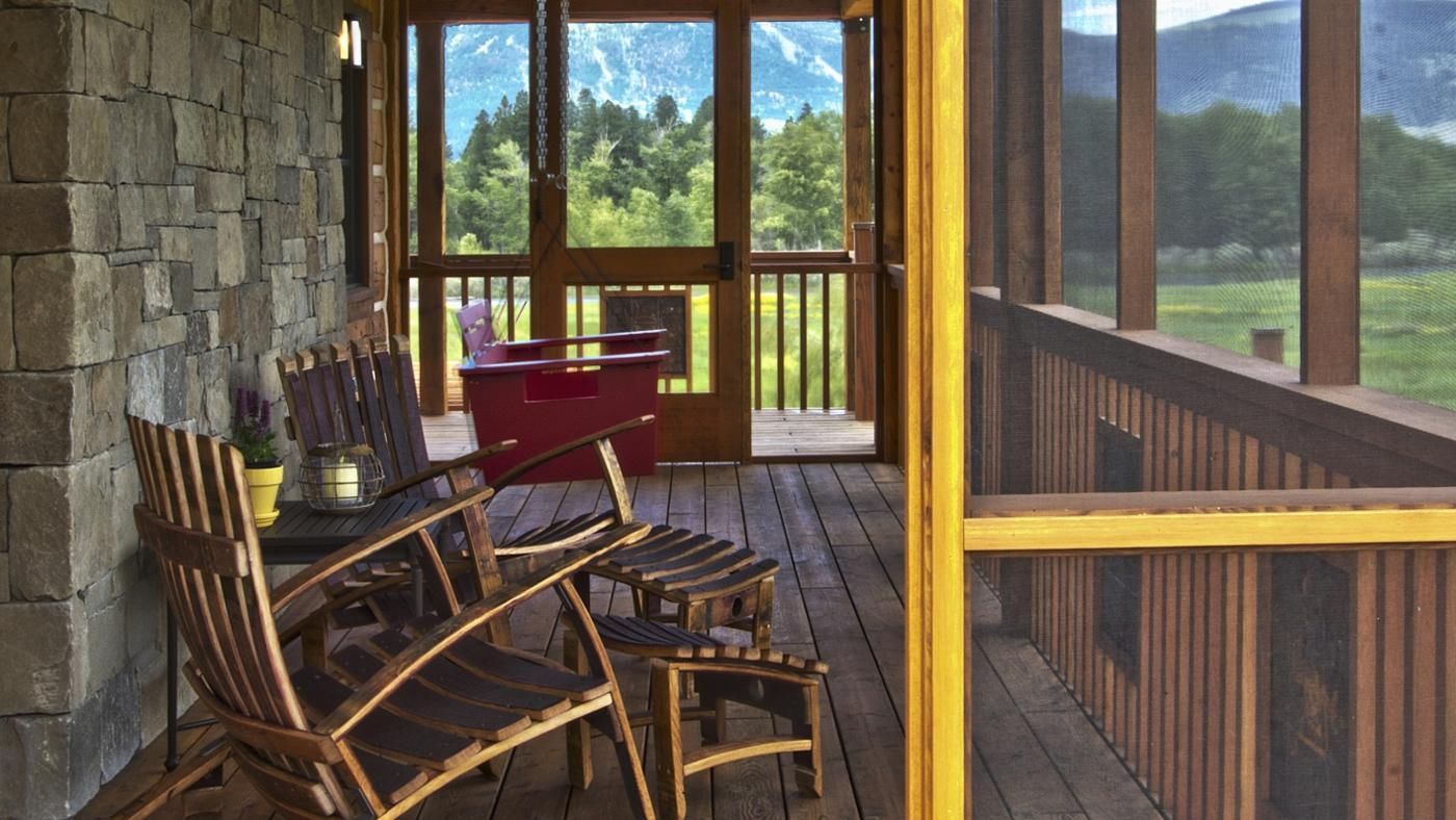 How Do You Choose Furniture for a Screened Porch?