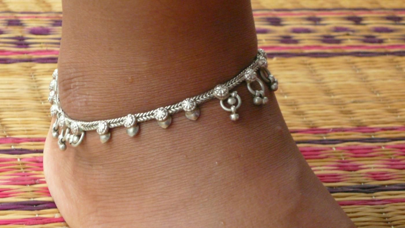 Should You Wear an Anklet on Your Right or Left Ankle?
