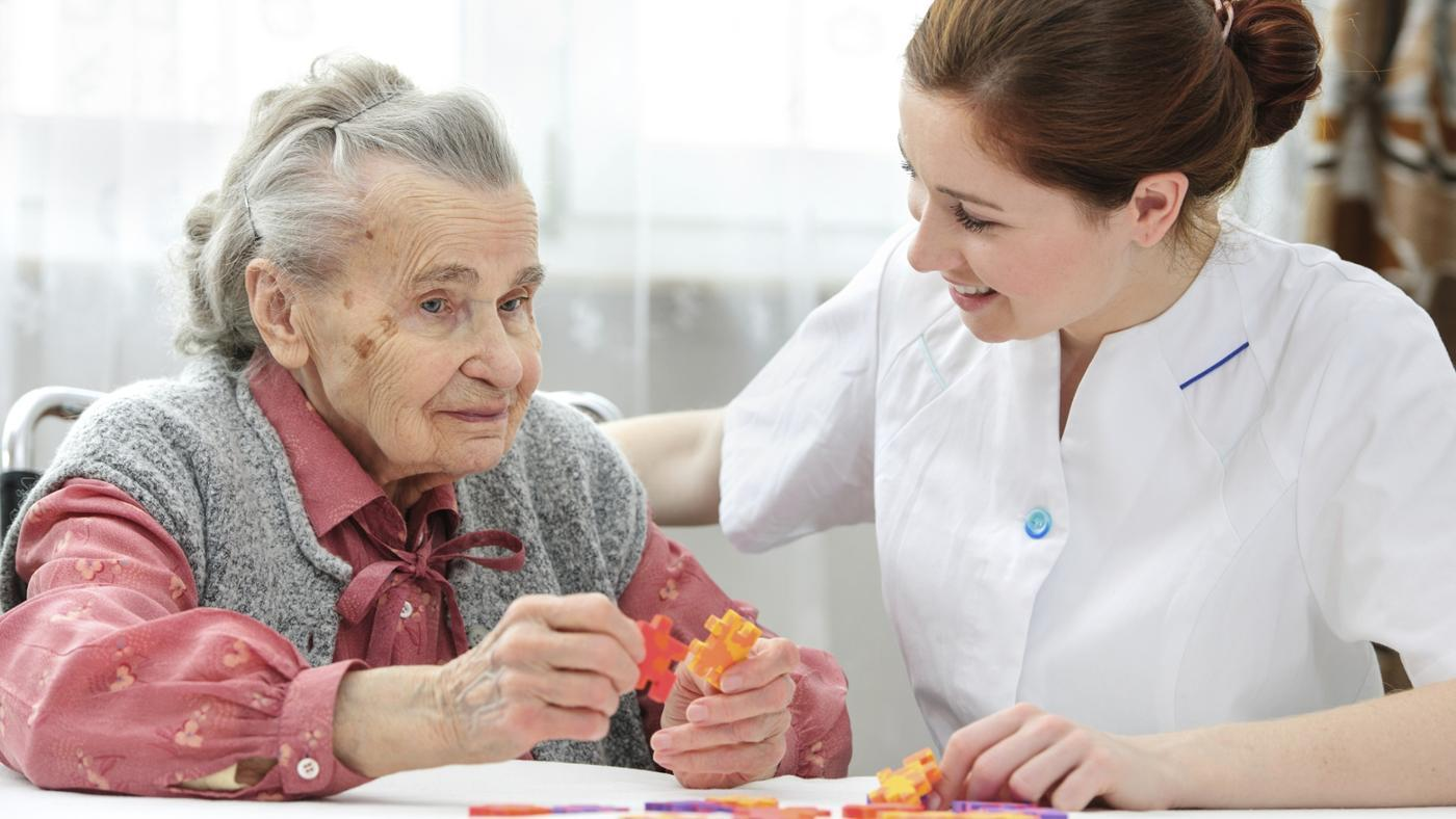 What Symptoms of Dementia Typically Appear First?