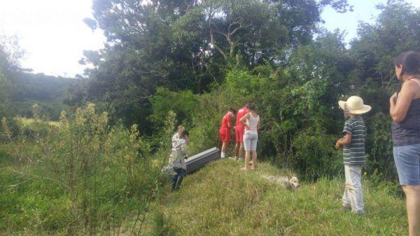 Corpo estava enroscado na margem de um rio