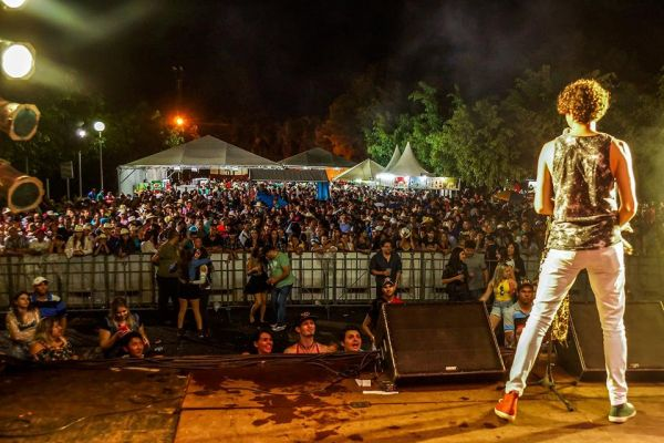 Público enfrentou chuva para ver grandes artistas da música sertaneja brasileira