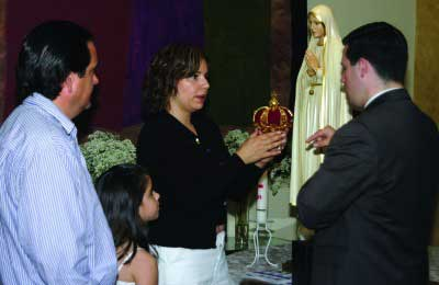 Woman preparing to crown the statue of Our Lady at a Fatima Home Visit