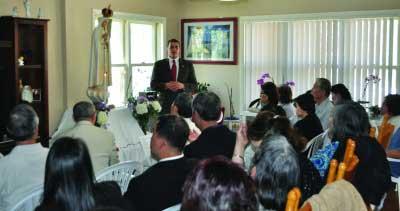 Custodian giving a presentation at a Fatima Home Visit