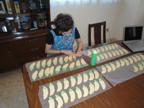 Touching up the icing with a toothpick.  Check out the gorgeous Okinawa-print (bingata) apron my hubby bought me!  I love it!