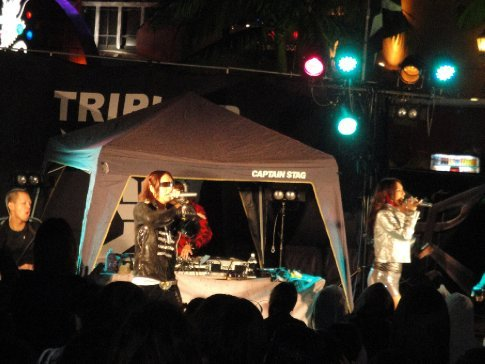 Alice, Shum, two of their background singers/dancers, and their DJ and sound man put on quite a show!