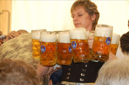 This dame is carrying 10 beers! with NO tray to help her!