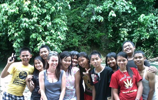 Berni with a bunch of students at the river in Tangkahan.