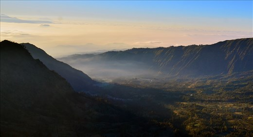 Besides the captivating volcano, the beautiful scenery surrounding Bromo is nothing less of a spectacular. Mornings in Bromo always bring peace to the heart as the eyes capture its vibrance.