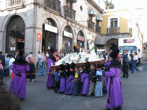 cucurachos carrying  one of the los andas