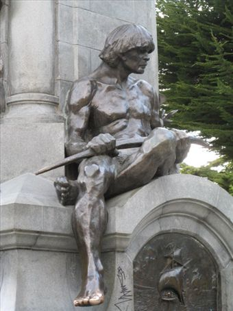 This Ona man is on the side of the monument in Plaza Munoz Gamero.  Everyone rubs or kisses the toe for luck.  So, you´ll see it is a shiny brass unlike the rest of his body.