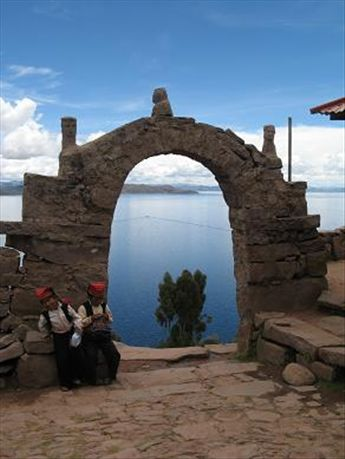 One of many arches along the path back to the port on the other side of Taquille.