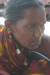 One of my tribal friend, a lady selling butter-milk with pepper ( a lot ). The tribal poeple are a big part of the population of Orrissa ( central-east state ), some live in the jungle, some in the city, some in the mountain, some in the forest, they don`t blend with the other indian since they are from a diffrent ethny and don`t speak the same language.  Une de mes amis tribale, vendant du babeurre sur épices. La population tribale représente presque la majorite d`orrissa ( etat du centre est ) Ils, vivent dans la jungle, la foret, les villes, les montagnes et ne se melange pas tellement a la population car ils sont d`une autre