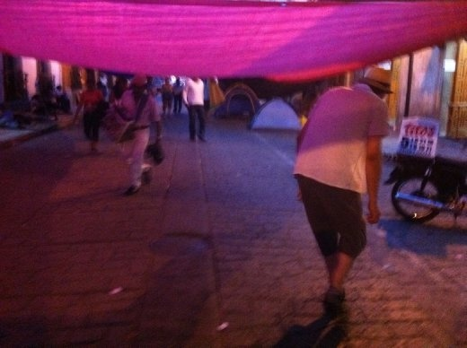 Ducking thru the tent city erected by striking teachers i downtown Oaxaca.