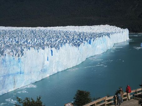 The toe of the glaciar is over 2 km long