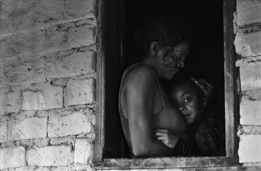 Can you picture yourself living in a place where the nearest neighbour lives 15km away from you? Neither did Da Silva, until her husband asked her to live in the Brazilian hinterlands, also know as Sertão. Suddenly she saw herself leaving her hometown in the north of Minas Gerais, Brazil, to a complete isolated place. They build their home with bricks made of anthill sand and collected water from a stream nearby. And despite the fact there was no electricity or sanitation, they were doing fine until a one day, when both faced the biggest fear of living isolated brings: sickness. After having successive heart attacks in a week, Da Silva husband passed away.  The only way Da Silva found not to drown in depression was to start working as a nanny for her 'closest' neighbours. This is how she met Bruna, the milkman's daughter. Bruna's mother worked as a planter and couldn't take care of her daughter until the night comes. This is when Da Silva met Bruna, when she was only two years old. Eight years has passed and Bruna calls Da Silva granny while hugging her by the woman's house.