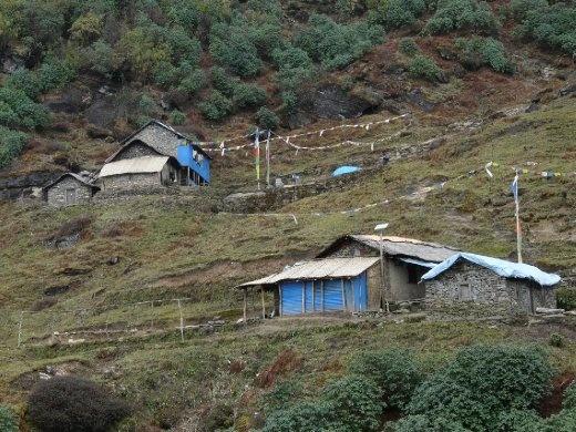 Nach dem anstrengenden und steilen Aufstieg endlich die karge Siedlung von Koughma.