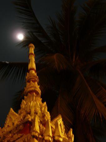 Wat Chanthabuli at night.