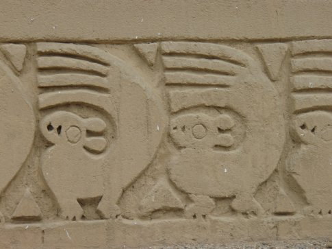 The carvings of Chan Chan. These go al the way around.