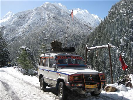 This is the jeep that took us out of Gangotri.  The 'Hill Queen' stopped at Bhairon Devi a full power Shiva place 2km below Gangotri.  Two Sadhus live here, we paid a visit and drank baba tea... tasted like flowers and honey.  om namah shivaya