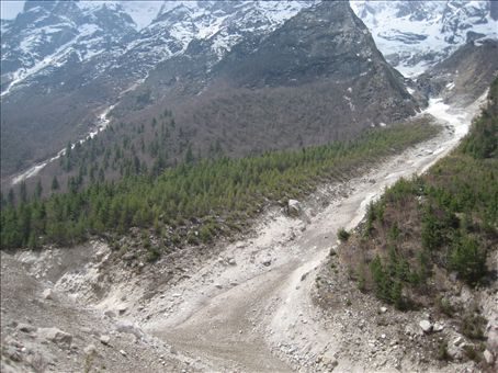 Ice flow below Bhojbasa