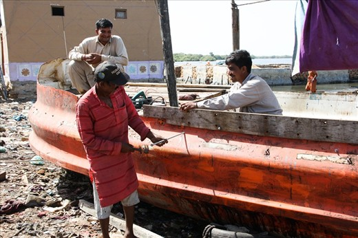Fishermen repair boats with no safetey equipment
