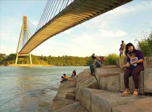 This mighty Barelang bridge is bridge that connect island of Batam-Rempang-Galang, that's where Barelang's name came from, is a place where most of Batam's people spend their time on afternoon/holiday