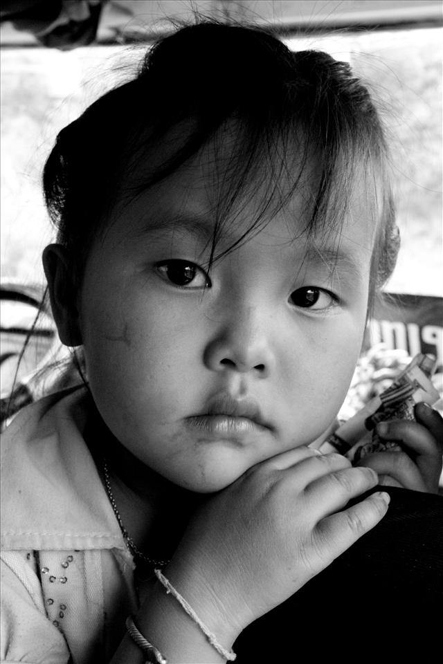 'Peek a boo' – Gorgeous Laotian girl who kept staring at me