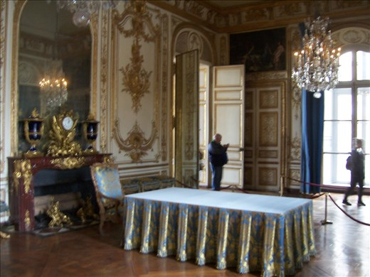Versailles -- Louis XV -- reception area/office/work table.02