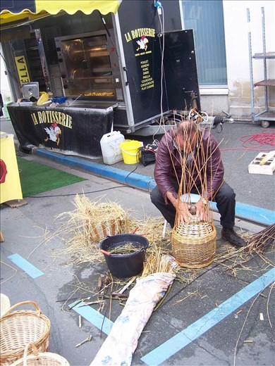 Coutures -- Brissac farmers' market -- basket weaver using reeds