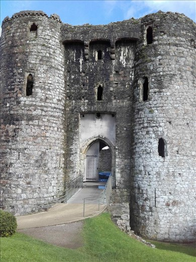 What 1975 English comedy cult film featured this castle (Kidwelly) in its opening scenes?