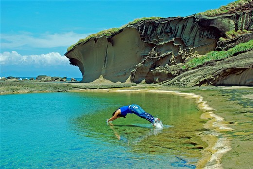 Only the determined to withstand waves, wind and heat during the journey is rewarded with the comfort of the natural pool