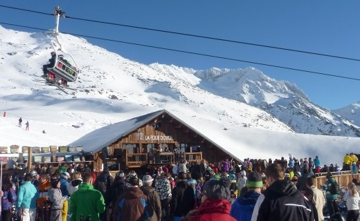 People partying at the legendary Folie Deuce in Val Thorens.