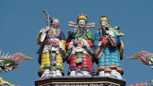 Porcelain figurines on the top of a Tainan temple