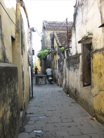 One of the many narrow alleys in Hoi An, complete with a well right in the middle of it...