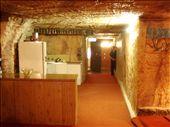 Coober Pedy: Salon sous terre.On peut voir qu'il n'y a pas beaucoup de lumiere qui passe. Ca coute environ 18 000$ pour une maison normale. Quand tu creuses dans ta maison tu peux trouver de l'opal et devenir riche. Il y a un gars qui a 44 pieces dans sa maison et il est vraiment riche. La temperature ocille entre 22 et 24 degrees alors on peut sauver sur le chauffage.: by catlemay, Views[1960]