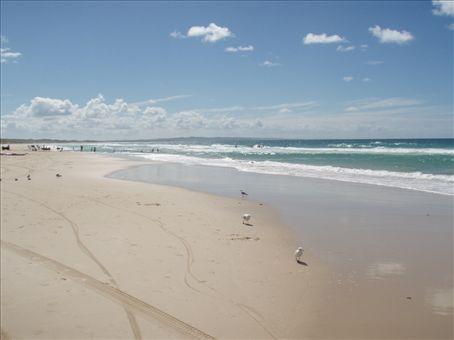 Super belle plage a Rainbow. Il y a des personnes qui se promene en 4 X 4 sur cette plage et il y a une limite de vitesse qui est de 40 km/h.