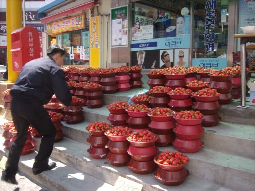 Strawberries are a sure sign of spring in Korea!!  They're everywhere!