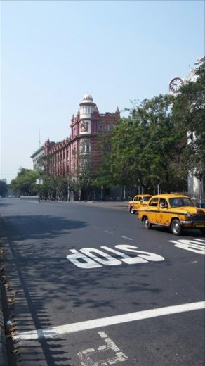 The impossibly quiet streets around Dalhousie square- only two cabs- they would normally be wall to wall