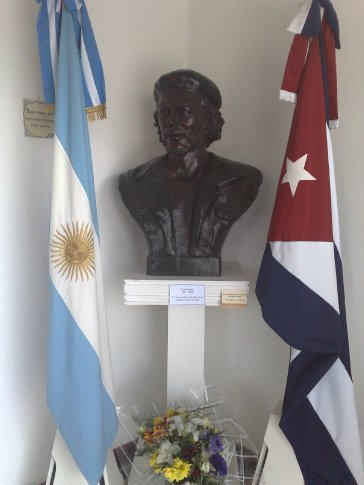 Bust of Che. lots of flowers were below cos it was the day after the 41st anniveraire of his death - or mayb there always are?