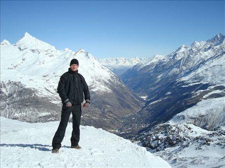 3000m korkeudessa, alhaalla laaksossa näkyy Zermattin kylä.