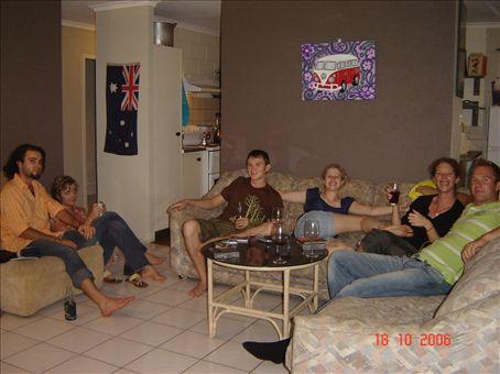Tyokavereiden luona iltaa istumassa. Max, Kylie, Xander, Chloe, Jen ja Heikki.
