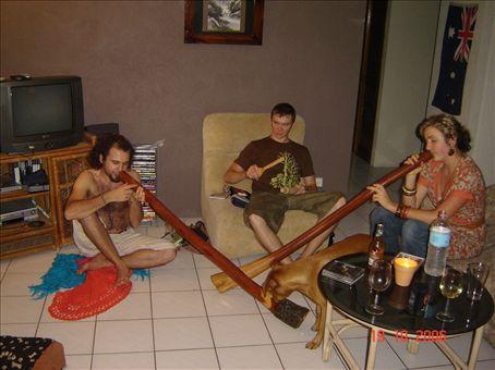 Max ja Kylie soittaa didgeridoota, Xander paukuttaa puulusikoita.