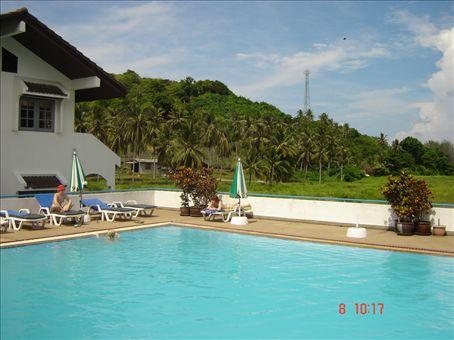 Leppoisaa oleskelua altaalla, Phuket.