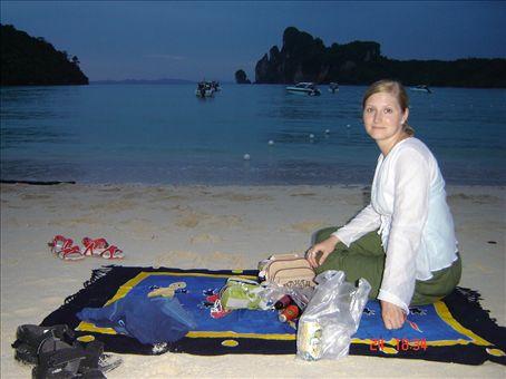 Iltapalalla rantahietikolla, Phi phi island.