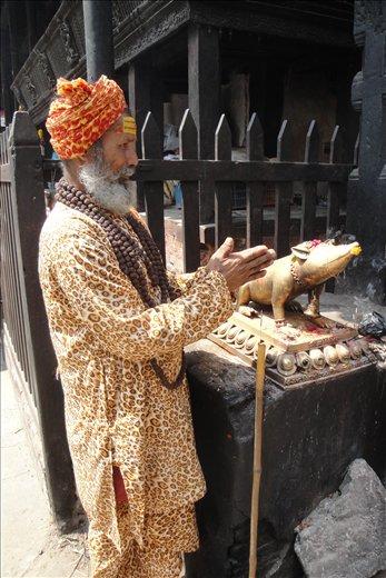 Yksi Durbar Squaren pyhista miehista.