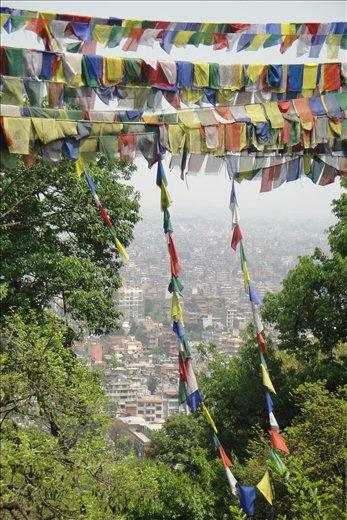 Rukouslippuja ja Kathmandun laakso.