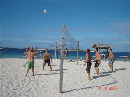 Peraman oma saari, pojat pelailee lentopalloa.